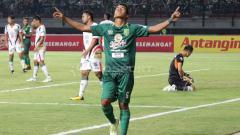 Indosport - Selebrasi Misbakus Solikin setelah bobol gawang Mitra Kukar.