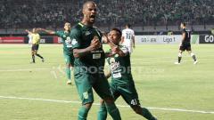 Indosport - David da Silva berselebrasi usai mencetak gol ke gawang Mitra Kukar.