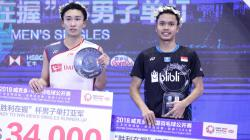 Anthony Ginting dan Kento Momota di podium China Open 2018.