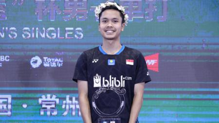 Anthony Sinisuka Ginting di podium China Open 2018. - INDOSPORT