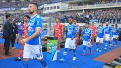 Indosport - Para pemain Persib dan Persija memasuki lapangan Stadion GBLA.