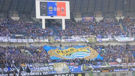 Bobotoh memenuhi tribun dalam pertandingan Persib vs Persija. - INDOSPORT