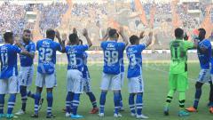 Indosport - Para pemain Persib Bandung bertepuk tangan ke Bobotoh yang sesaki Stadion Gelora Bandung Lautan Api.