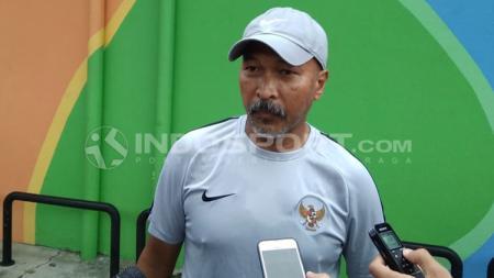 Coach Fakhri Husaini memberikan keterangan setelah latihan. - INDOSPORT