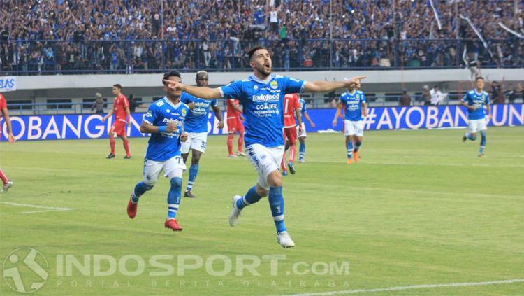 Jonathan Bauman merayakan golnya ke gawang Persija. Copyright: INDOSPORT/Arif Rahman