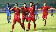 Indosport - Witan, M Rafli dan Saddil saat selebrasi