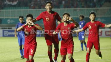 Penggawa Timnas U-19 Indonesia melakukan selebrasi.