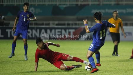 Pemain Timnas Indonesia, Syahrian Abimanyu mengenang momen ketika dirinya berduel di lapangan dengan Takefusa Kubo. - INDOSPORT