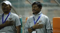 Indosport - Coach Indra Sjafri saat menyanyikan lagu Indonesia Raya.