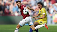 Indosport - Penggawa West Ham dan Chelsea mengejar bola.
