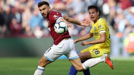Penggawa West Ham dan Chelsea mengejar bola. - INDOSPORT
