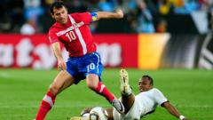 Indosport - Dejan Stankovic saat membela Serbia.
