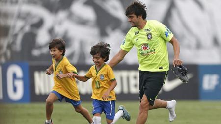 Legenda sepak bola Brasil, Ricardo Kaka, akhirnya buka suara terkait kasus penggunaan paspor palsu yang dilakukan oleh sahabatnya, Ronaldinho. - INDOSPORT