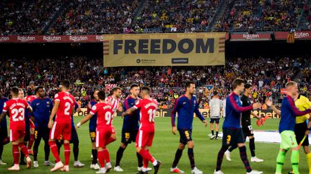 Pemain Barcelona dan Girona berjabat tangan jelang pertandingan. - INDOSPORT