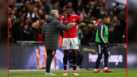 Paul Pogba (kanan) dan Jose Mourinho, pemain dan pelatih Man United. - INDOSPORT