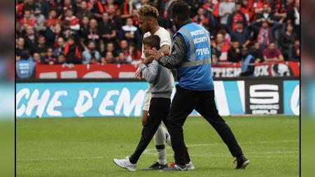 Neymar Jr. bersama anak kecil yang menghampirinya di sebuah pertandingan. - INDOSPORT