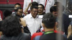 Indosport - Gede Widiade hadir dalam jumpa pers terkait jakmania, yang meninggal sebelum laga Persib vs Persija