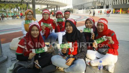 Suporter Indonesia di Stadion Bukit Jalil dengan tiket pertandingan Indonesia vs Vietnam. - INDOSPORT