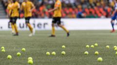 Indosport - Bola tenis di lapangan saat pertandingan Young Boys vs FC Basel, Minggu (23/09/18).