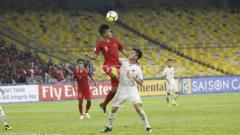 Indosport - Sutan Zico berebut bola di udara.