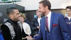 Indosport - Gareth Southgate bersalaman dengan Dani Alves.