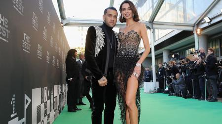 Dani Alves dan sang istri di acara FIFA The Best 2018. - INDOSPORT