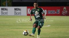Indosport - Misbakhus Solikin saat laga lawan Mitra Kukar.