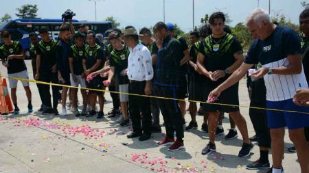 Pemain dan staf Persib BAndung melakukan tabur bunga di lokasi tewasnya Jakmania Haringga Sirla. - INDOSPORT