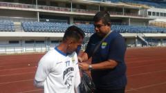 Indosport - Pemain Persib kenakan pita hitam saat latihan, Selasa (25/09/18).