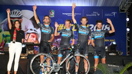 PCS Cycling Team asal Belanda saat diperkenalkan di opening ceremony - INDOSPORT