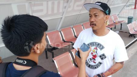 Panglima Laskar Ayam Jantan, Daeng Uki yang hadir menyaksikan latihan PSM Makassar di Stadion Mattoanging. - INDOSPORT