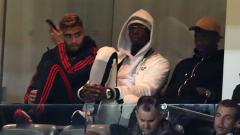 Indosport - Paul Pogba menonton pertandingan Piala Liga Inggris dari tribun setelah dikeluarkan dari skuat, Rabu (26/09/18)