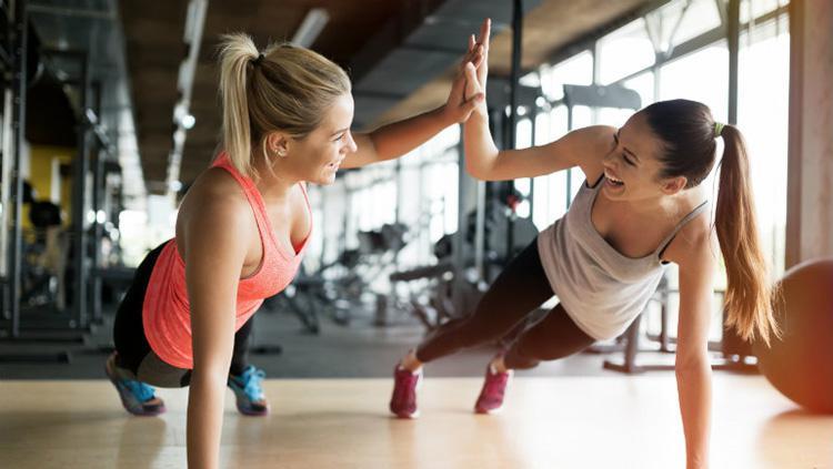 Latihan bersama dengan teman agar olahraga menyenangkan Copyright: Whole Life Challenge