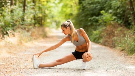 Olahraga merupakan kegiatan kebugaran tubuh yang dapat dilakukan dengan mudah, meski begitu jika melakukannya saat cuaca sedang panas maka akan timbul masalah. Salah satunya akan mengalami Heat Stroke. - INDOSPORT