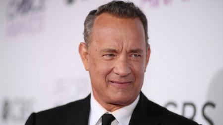 Tom Hanks sudah dikenal sebagai seorang suporter Aston Villa. - INDOSPORT