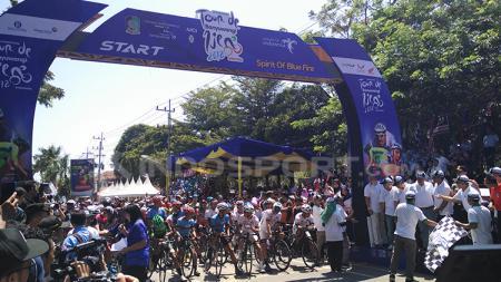 Bupati Banyuwangi Abdullah Azwar Anas melepas pebalap sepeda ITdBI. - INDOSPORT