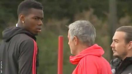 Paul Pogba dan Jose Mourinho ketika berada di sesi latihan Manchester United. - INDOSPORT