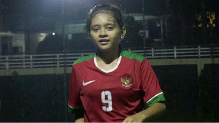 Pemain Persikabo Kartini, Hanipa Halimatusyadiah, ikut berperang melawan virus corona dengan melelang jersey kebanggaannya. - INDOSPORT