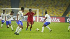 Indosport - Mochammad Supriadi tengah membawa bola dan dipung banyak pemain India.