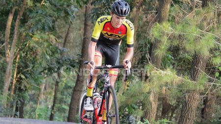 Pembalap dari tim Nex CCN Cycling Logan Griffin menjadi pembalap sepeda pertama yang berhasil menaklukkan tanjakan di daerah Pakel. - INDOSPORT