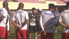 Indosport - Oswaldo Lessa saat mendampingi timnya berlatih.