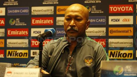Pelatih Fakhri Husaini saat konferensi pers jelang perempatfinal. - INDOSPORT