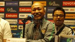 Indosport - Pelatih Fakhri Husaini saat konferensi pers jelang perempatfinal.