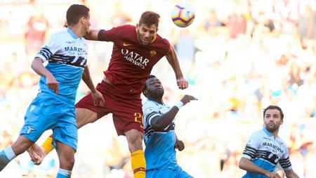 Raksasa LaLiga Spanyol, Barcelona, kabarnya memilih untuk belanja pemain murah dengan mengincar bintang veteran AS Roma, Federico Fazio (merah), lantaran sedang krisis finansial. - INDOSPORT
