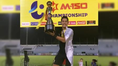 Pemain PTT Rayong, Ryuji Utomo merengkuh gelar Thai League 2 2018. - INDOSPORT