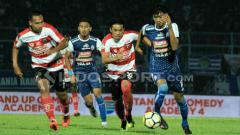 Indosport - Duel Arek Malang, antara Jayus Hariono dengan Beny Wahyudi di laga amal Arema FC vs Madura United.