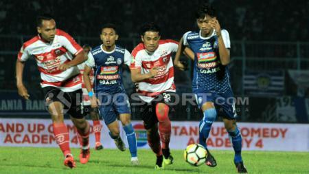 Duel Arek Malang, antara Jayus Hariono dengan Beny Wahyudi di laga amal Arema FC vs Madura United. - INDOSPORT