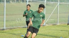 Indosport - Brylian Aldama (kanan) merupakan salah satu pencetak skor di laga Garuda Select melawan Chelsea U-16. Abdurrahman Ranala/Indosport.com.