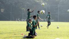 Indosport - Timnas U-16 berlatih heading.