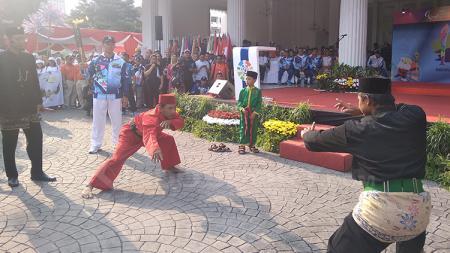 Pertunjukan aksi silat di depan gedung balai kota. - INDOSPORT